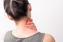 Πόνος λαιμών και ώμων γυναικών κινηματογραφήσεων σε πρώτο πλάνο/ζημία με τα κόκκινα κυριώτερα σημεία στην περιοχή πόνου με το άσπ στοκ φωτογραφία