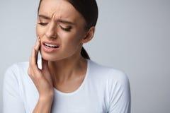 Πόνος δοντιών Όμορφη γυναίκα που αισθάνεται τον ισχυρό πόνο, πονόδοντος στοκ εικόνα