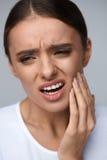 Πόνος δοντιών Όμορφη γυναίκα που πάσχει από τον επίπονο πονόδοντο στοκ εικόνες