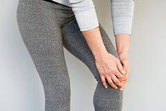 Πόνος στα γόνατα μιας γυναίκας στοκ εικόνες με δικαίωμα ελεύθερης χρήσης