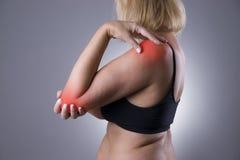 Πόνος στην ένωση, προσοχή των θηλυκών χεριών, πόνος στο σώμα γυναικών ` s στοκ φωτογραφίες