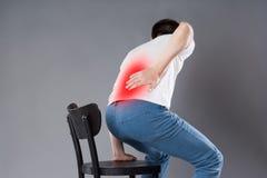 Πόνος στην πλάτη, ανάφλεξη νεφρών, άτομο που πάσχει από τον πόνο στην πλάτη στοκ εικόνες