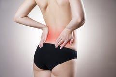 Πόνος στη χαμηλότερη πλάτη των γυναικών στοκ εικόνες