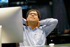 Πόνος στο λαιμό άτομα από την κούραση στοκ εικόνα