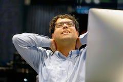 Πόνος στο λαιμό άτομα από την κούραση στοκ φωτογραφία