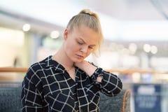 Πόνος στο λαιμό ενός νέου κοριτσιού από την κούραση στοκ φωτογραφία με δικαίωμα ελεύθερης χρήσης