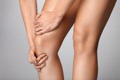 Πόνος σώματος Κινηματογράφηση σε πρώτο πλάνο του όμορφου θηλυκού σώματος με τον πόνο στα γόνατα Στοκ Εικόνα