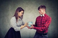 Πόροι χρηματοδότησης στο διαζύγιο Η σύζυγος και ο σύζυγος δεν μπορούν να κάνουν την τακτοποίηση στοκ εικόνα