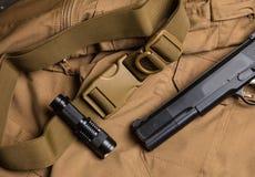 Πόρπη, πυροβόλο όπλο και φανός στο υλικό Στοκ Φωτογραφία