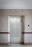 πόρτα ανελκυστήρων και τοίχος γρανίτη Στοκ εικόνα με δικαίωμα ελεύθερης χρήσης