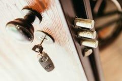 Πόρτα ασφάλειας με την προστασία κλοπής στοκ φωτογραφία