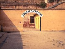 Πόρτα εισόδων στο φραγμό Α στο στρατόπεδο συγκέντρωσης Terezin στοκ εικόνα
