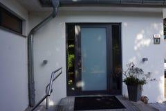 Πόρτα εισόδων ενός σύγχρονου σπιτιού Στοκ εικόνα με δικαίωμα ελεύθερης χρήσης
