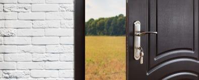 Πόρτα εισόδων που ανοίγουν κατά το ήμισυ στο υπόβαθρο φύσης Στοκ φωτογραφία με δικαίωμα ελεύθερης χρήσης