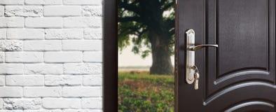 Πόρτα εισόδων που ανοίγουν κατά το ήμισυ στο υπόβαθρο φύσης Στοκ Εικόνα