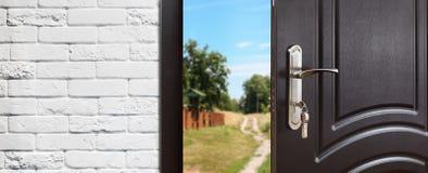 Πόρτα εισόδων που ανοίγουν κατά το ήμισυ στο υπόβαθρο φύσης Στοκ Φωτογραφίες