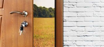 Πόρτα εισόδων που ανοίγουν κατά το ήμισυ στο υπόβαθρο φύσης Στοκ Εικόνες