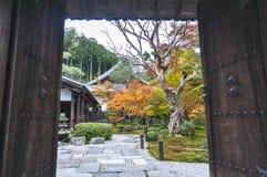 Πόρτα εισόδων στον όμορφο ιαπωνικό κήπο σφενδάμνου κατά τη διάρκεια του φθινοπώρου στο ναό Enkoji στο Κιότο, Ιαπωνία Στοκ εικόνες με δικαίωμα ελεύθερης χρήσης