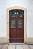 Πόρτα εισόδων στο σπίτι κατοικιών Στοκ εικόνα με δικαίωμα ελεύθερης χρήσης