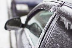 Πόρτα, εξόγκωμα, κλειδαρότρυπα του αυτοκινήτου που καλύπτονται με το χιόνι και πάγος μετά από χιονοπτώσεις Στοκ φωτογραφία με δικαίωμα ελεύθερης χρήσης