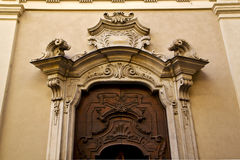 πόρτα και κίτρινος τοίχος Λουγκάνο Ελβετία Ελβετός εκκλησιών Στοκ φωτογραφία με δικαίωμα ελεύθερης χρήσης