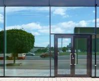 Πόρτα και παράθυρα γυαλιού με τις αντανακλάσεις οδών ουρανού και πόλεων στοκ εικόνες