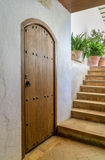Πόρτα και σκαλοπάτια στο μεσογειακό ύφος στοκ εικόνες