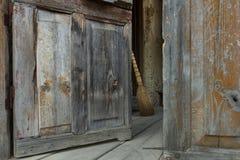 Πόρτα και σκούπα Στοκ Φωτογραφίες