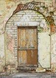 Πόρτα και σχηματισμένη αψίδα είσοδος Στοκ εικόνα με δικαίωμα ελεύθερης χρήσης