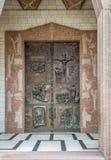 Πόρτα μετάλλων εισόδων με την αποτύπωση σε ανάγλυφο της βασιλικής Annunciation στη Ναζαρέτ, Ισραήλ Στοκ Εικόνες