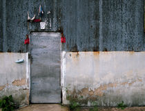 Πόρτα μετάλλων στο σκουριασμένο τοίχο Στοκ Φωτογραφία