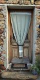 Πόρτα με ένα δοχείο στο μέρος Στοκ φωτογραφίες με δικαίωμα ελεύθερης χρήσης