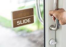 Πόρτα με ένα χέρι - χέρι που στρέφεται Στοκ Φωτογραφία