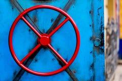 Πόρτα με την κόκκινη στρογγυλή στρόφιγγα στην μπλε πόρτα Στοκ Φωτογραφία