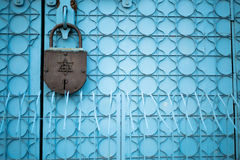 Πόρτα με την τεράστια κλειδαριά Στοκ Φωτογραφίες