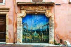 Πόρτα με τη ζωγραφική στη Roussillon, Προβηγκία, Γαλλία Στοκ εικόνα με δικαίωμα ελεύθερης χρήσης