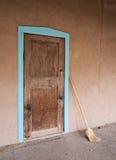 Πόρτα, με τη σκούπα Στοκ εικόνες με δικαίωμα ελεύθερης χρήσης
