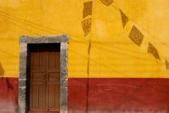 Πόρτα με τις σκιές των σημαιών Στοκ Εικόνα