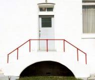 Πόρτα με το κόκκινο κιγκλίδωμα Στοκ Φωτογραφίες