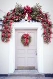Πόρτα με το στεφάνι Χριστουγέννων Στοκ φωτογραφίες με δικαίωμα ελεύθερης χρήσης