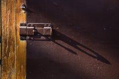 Πόρτα με το deadbolt για την περάτωση στις ακτίνες του φωτός Στοκ Φωτογραφίες