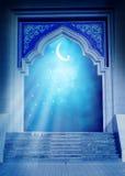 Πόρτα μουσουλμανικών τεμενών με το λαμπρό ημισεληνοειδές φεγγάρι Στοκ φωτογραφία με δικαίωμα ελεύθερης χρήσης