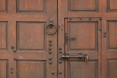 πόρτα παλαιά Ξύλινη ανασκόπηση Παλαιά πόρτα στην παλαιά πόλη Στοκ φωτογραφία με δικαίωμα ελεύθερης χρήσης
