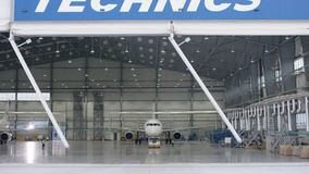 Πόρτα παραθυρόφυλλων κυλίνδρων και τσιμεντένιο πάτωμα του υπόστεγου αερολιμένων και του υποβάθρου αεροπλάνων Υπόστεγο αερολιμένων Στοκ Φωτογραφίες