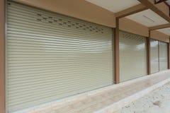 Πόρτα παραθυρόφυλλων κυλίνδρων στο κτήριο αποθηκών εμπορευμάτων Στοκ Εικόνες