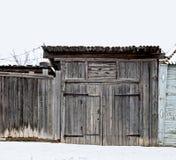 πόρτα παλαιά Ενιαία ξύλινη πόρτα στον παλαιό τοίχο πόλεων Στοκ φωτογραφία με δικαίωμα ελεύθερης χρήσης