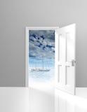 Πόρτα που ανοίγει στο scenics διακοπών και ένα γιοτ χαλάρωσης Στοκ Εικόνες