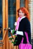 πόρτα που εισάγει το μαλλιαρό κόκκινο κοριτσιών Στοκ Φωτογραφίες