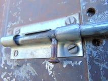 Πόρτα που κλειδώνεται με το μπουλόνι στο παλαιό σκουριασμένο σπίτι κήπων Στοκ Εικόνα