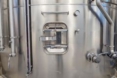 Πόρτα σε μια μεγάλη δεξαμενή μετάλλων για την παραγωγή του κρασιού, αποθήκευση των υγρών στους μεγάλους όγκους στοκ φωτογραφία με δικαίωμα ελεύθερης χρήσης